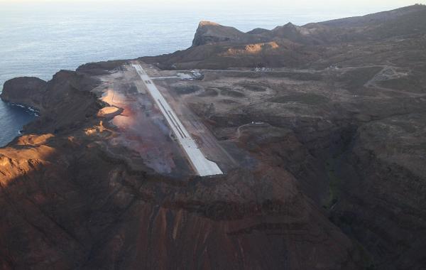 Un avión aterriza por primera vez en el 'aeropuerto más inútil' del mundo