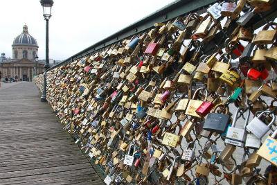 Los candados  que cuelgan las parejas en el Puente de las Artes de París para jurarse amor eterno, serán subastados