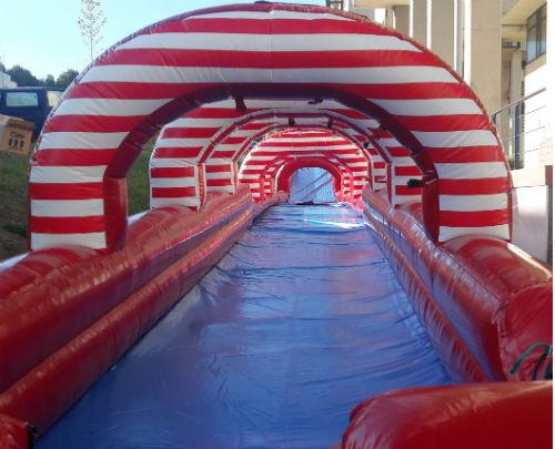 El tobogán de agua de Navia, de 125 metros de longitud, abrirá este viernes, día 4 a las 11 de la mañana