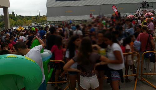 Miles de personas en el 'supertobogán' acuático de Navia, que también funcionará el sábado y el domingo
