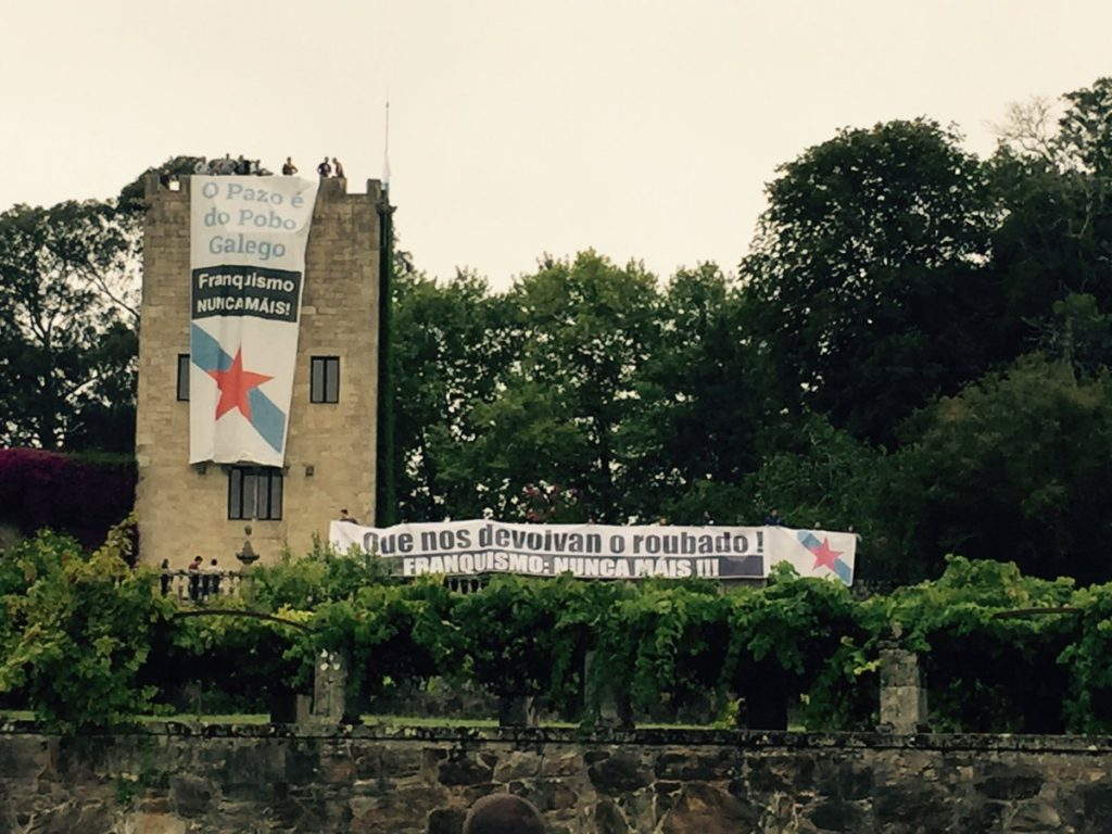 Militantes do BNG penduran a bandeira galega coa estrela vermella no mastro do Pazo de Meirás, onde veraneaba Franco