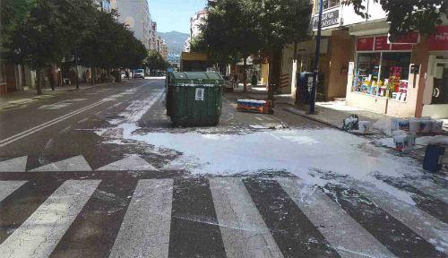 Litros de pintura blanca derramados sobre la calzada de la Avenida de Fragoso