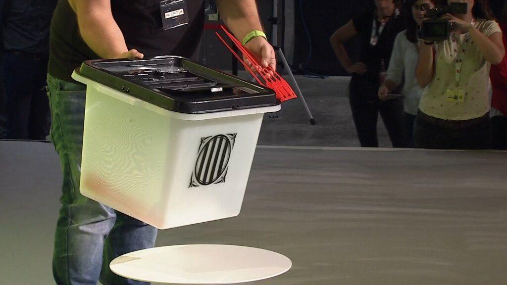 El Govern de la Generalitat enseña las urnas que se usarán en el referéndum del domingo