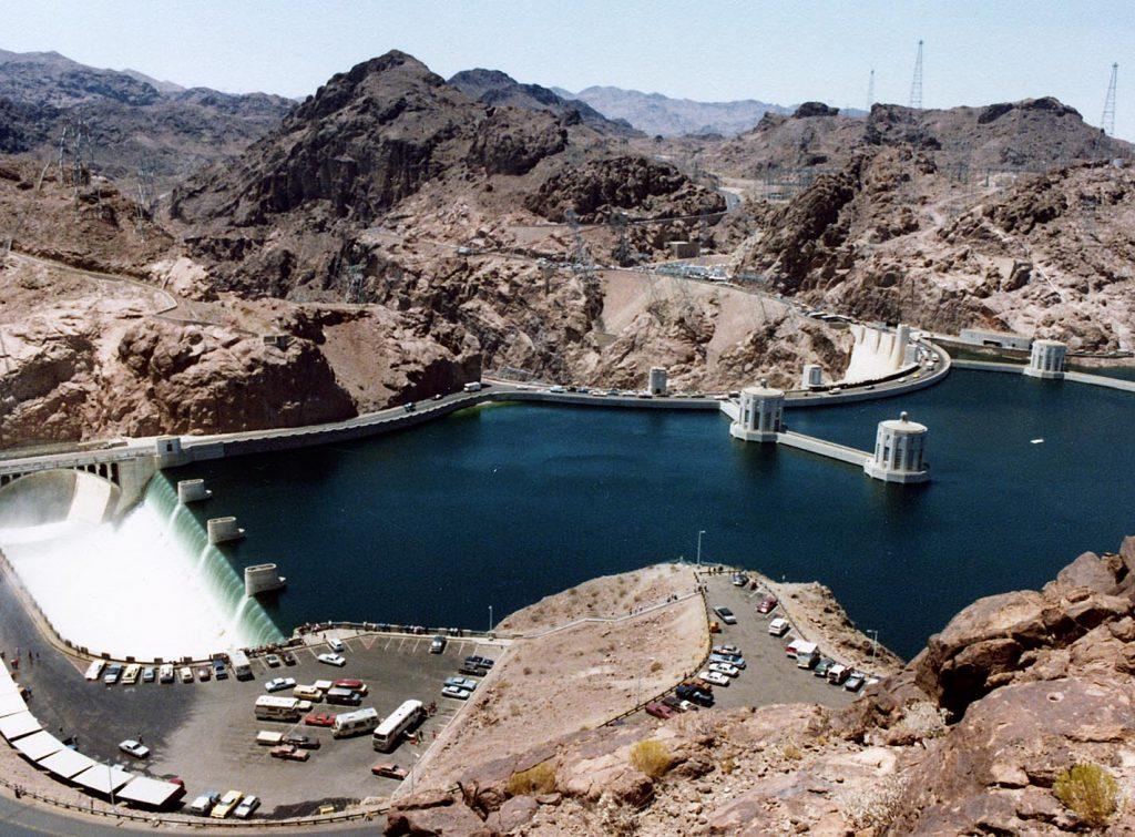 Un turista resacoso primera persona que logra atravesar a nado la Presa Hoover, cerca de Las Vegas