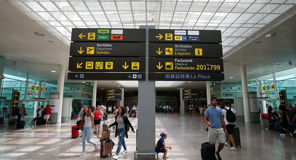 Agentes del Grupo de Acción Rápida (GAR) de la Guardia Civil toman el control del Aeropuerto de El Prat, en Barcelona