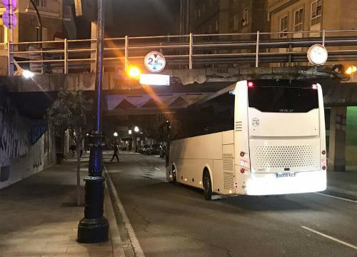 Otro autocar queda encajado bajo el puente de Alfonso XIII