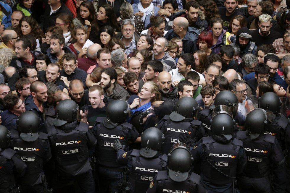 #1OTC Tensión y cargas policiales en las primeras horas de votación en Cataluña