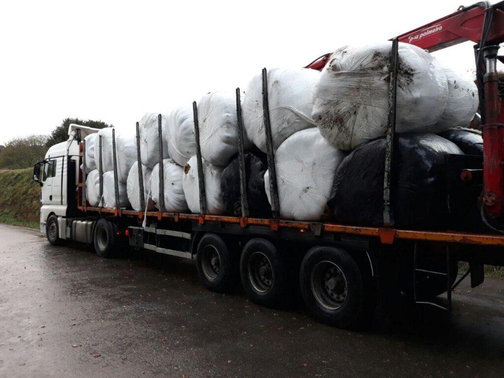 Granxas de Lugo donan máis de 35 toneladas de herba a As Neves para alimentar o gando