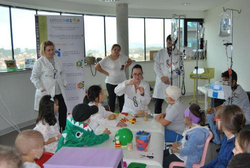 Investigadores do Laboratorio de Nanotecnoloxía de Braga desenrolan experimentos científicos xunto a nenos ingresados no Cunqueiro