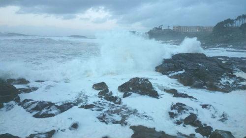 El litoral de Galicia en alerta amarilla por oleaje y las montañas de Ourense y Lugo por nieve