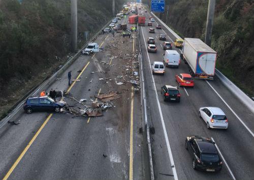 Retenciones de varios kilómetros en la A-55, en ambas direcciones, tras el aparatoso accidente de un camión