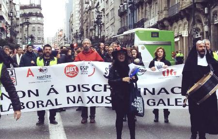 Decenas de funcionarios de los juzgados se manifiestan en Vigo cuando se cumple una semana de huelga