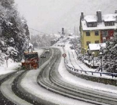 Numerosas estradas pechadas pola neve no interior de Galicia, especialmente en Lugo