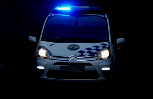 Agentes de la Policía Local auxilian a dos ancianos de 89 y 87 años que se habían caído en sus domicilios, ambos en Coia