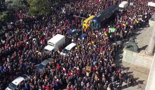 """Miles de pensionistas bloquean el Congreso coreando gritos de """"¡ladrones!"""", """"¡sinvergüenzas!"""""""