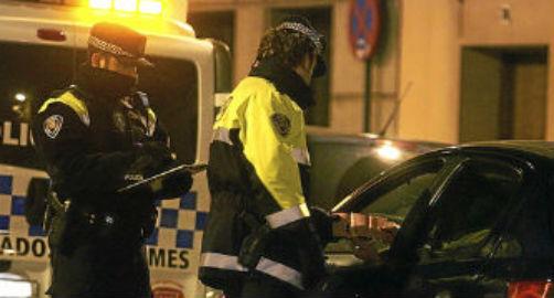 Interceptada en Vigo tras chocar contra varios coches aparcados mientras conducía bajo los efectos del alcohol