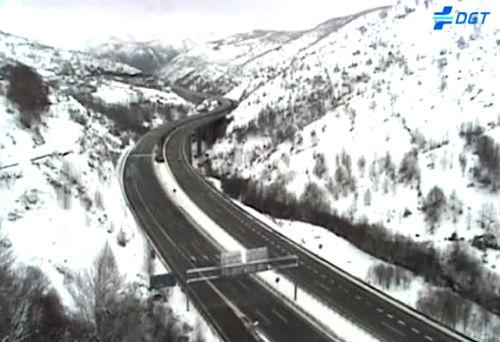 La nieve causa enormes problemas para circular por tramos de la provincia de Ourense y, especialmente, de Lugo