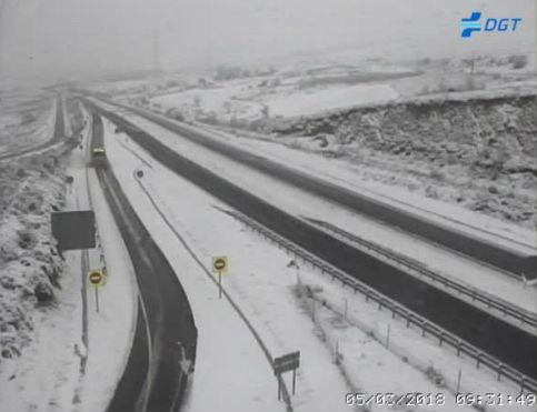 Una nevada intensa dificulta el tráfico por la A-52 a la altura de A Gudiña
