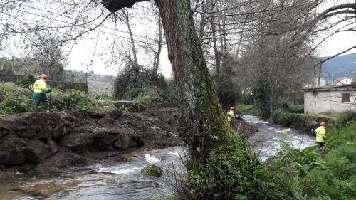 En marcha os traballos de limpeza de 1.500 metros do río Alvedosa nas parroquias de Reboreda e Redondela