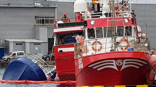Un barco de 18 metros de eslora a punto de hundirse en O Berbés