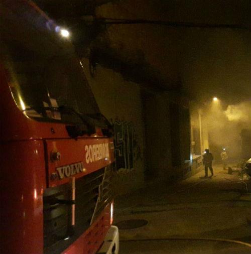 Bomberos de Vigo apagan un incendio de especial intensidad que se declaró en la planta baja de un edificio de la rúa Robleda