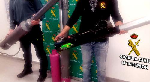 @guardiacivil detiene a un vecino de Vigo por crear y poner a la venta en Facebook armas de fabricación artesanal