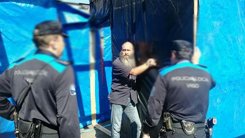 Agentes de la Policía Local detienen a uno de los integrantes de la 'Acampada contra a Pobreza' que lleva ante el Concello 15 meses