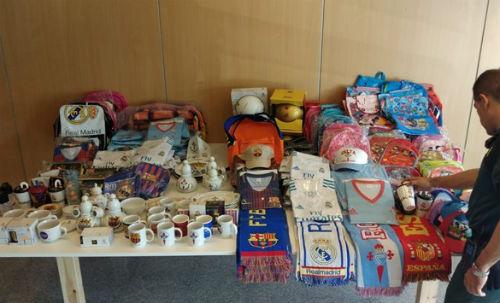 @guardiacivil incauta en dos bazares de Vigo ropa y artículos falsificados por valor de 16.000€