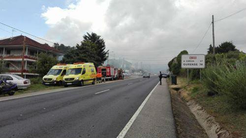 Un incendio, que no causó daños personales, destruye parte del bajo de una casa de Ponteareas