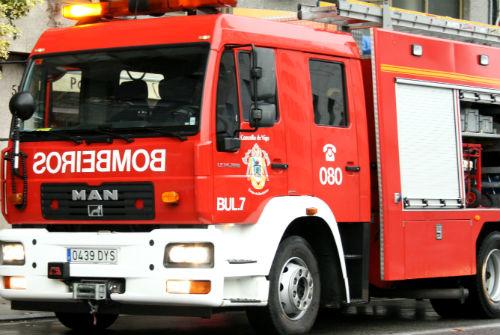 Bomberos rescatan a un hombre que se había caído a un pozo en una finca de la rúa Aragón