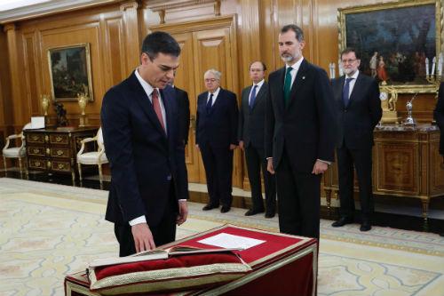 Pedro Sánchez promete el cargo de presidente prescindiendo de todo símbolo religioso