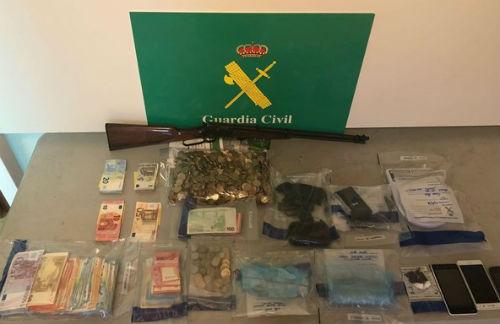 @guardiacivil detiene en Verín a un presunto traficante que tenía en casa dos armas, cocaína, heroína y 15.000€ en efectivo