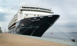 El 'Mein Schiff' atracado en el puerto de Vigo.
