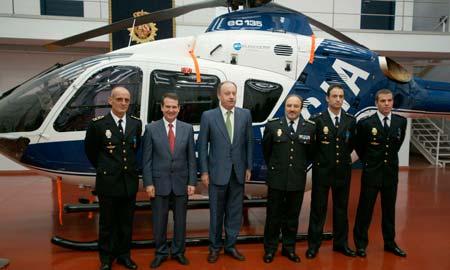 Los condecorados junto a su helicóptero.