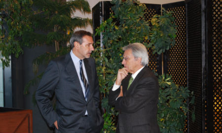 Julio Fernández Gayoso, presidente de Caixanova, con el anterior conselleiro de Economía, hace dos semanas, en Vigo