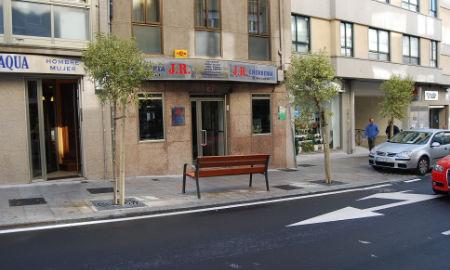 banco mirando calle