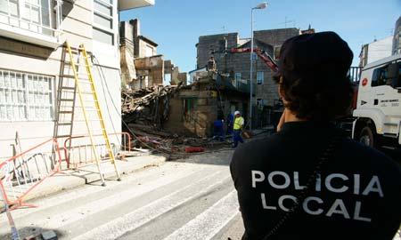 Policía y Bomberos estaban hoy acabando de derruir el edificio.