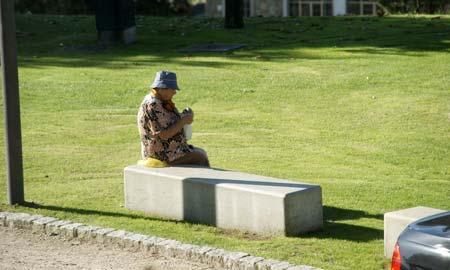 Una señora mayor calcetando en el pazo de San Roque.