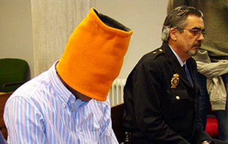 Makelele, con la cara tapada, el día que fue juzgado por conducir una moto tras haber bebido Red Bull con tequila