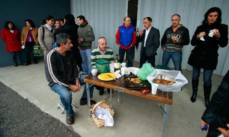 Los trabajadores comieron a las puertas de la empresa.