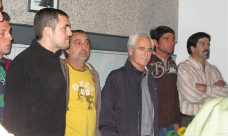 Ricardo Blach, en el centro, con los demás tripulantes.