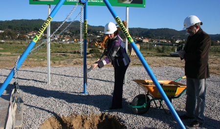 Teresa Pisano y el alcalde de Nigrán, poniendo la primera piedra en Porto do Molle.