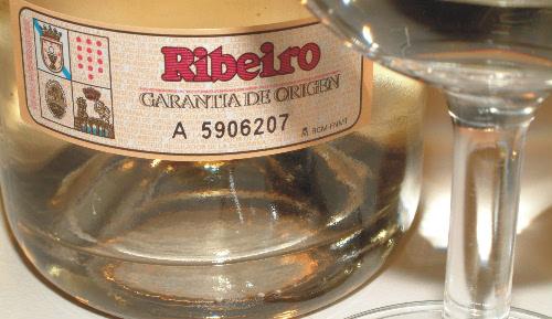 O viño de Ribeiro é mellor tomalo en copa que en cunca.