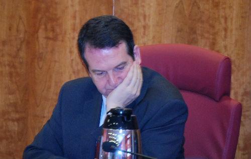 El alcalde reflexona sobre la posible fecha de una manifestación contra la fusión de Caixanova y Caixa Galicia