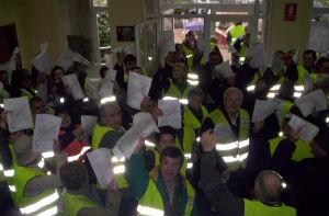 Os afectados no Concello de As Neves facendo entrega da documentación