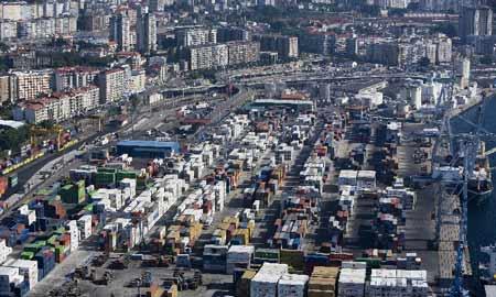 Moitas exportacións chegan polo porto de Vigo.