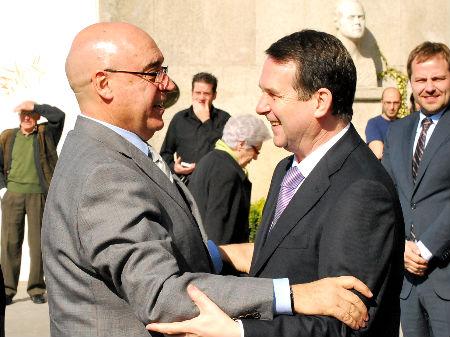 El presidente del Senado, Javier Rojo, fue recibido por el alcalde a la entrada del Concello