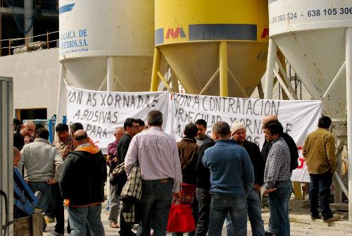 Os traballadores, onte, paralizando as obras do Auditorio de Vigo