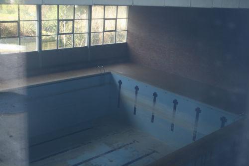 La piscina, olímpica, estaba en perfectas condiciones cuando la Armada abandonó la antigua Escuela de Transmisiones. Hoy su estado es de total abandono