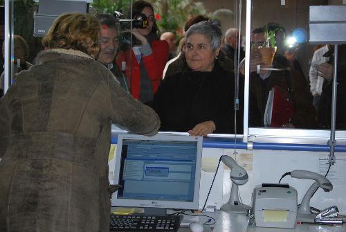La presidenta de la FAVEC, Elena González, presentando las alegaciones en el Rexistro del Concello